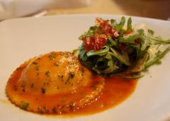Ραβιόλι με κολοκύθα, τυρί μασκαρπόνε και μαύρη τρούφα